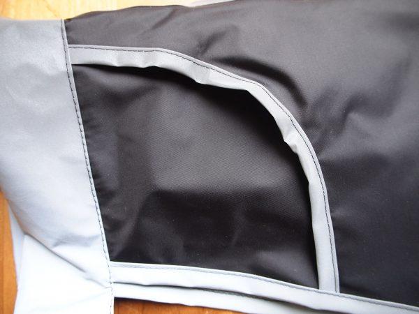 Schwarze Drachenhaut mit reflektierenden Details
